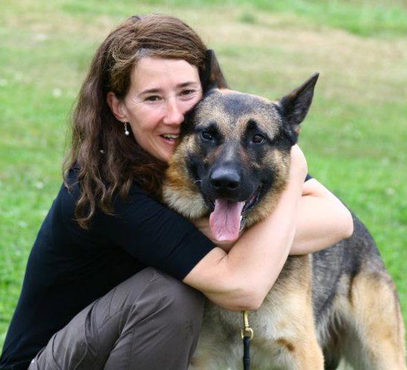 En glad Annelie med sin Djiin